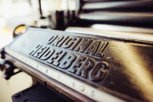 Auf den Spuren der Vergangenheit. Emblem vom Original Heidelberger Tiegel, produziert von der Schnellpressenfabrik aus Heidelberg.