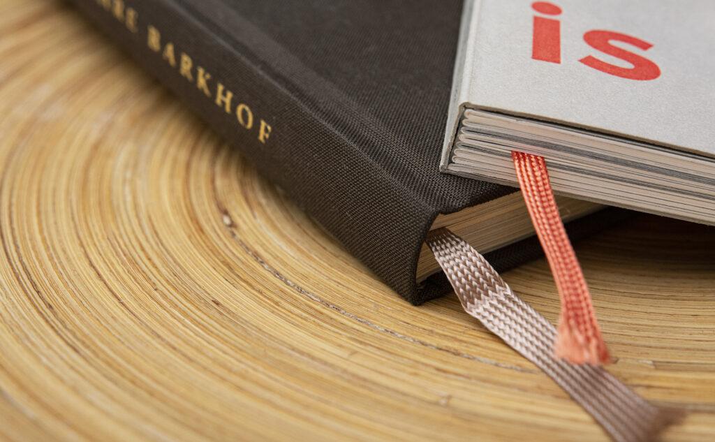Mit einem farbigen Kapitalband und Lesezeichenband eine Fadenheftung aufwerten.