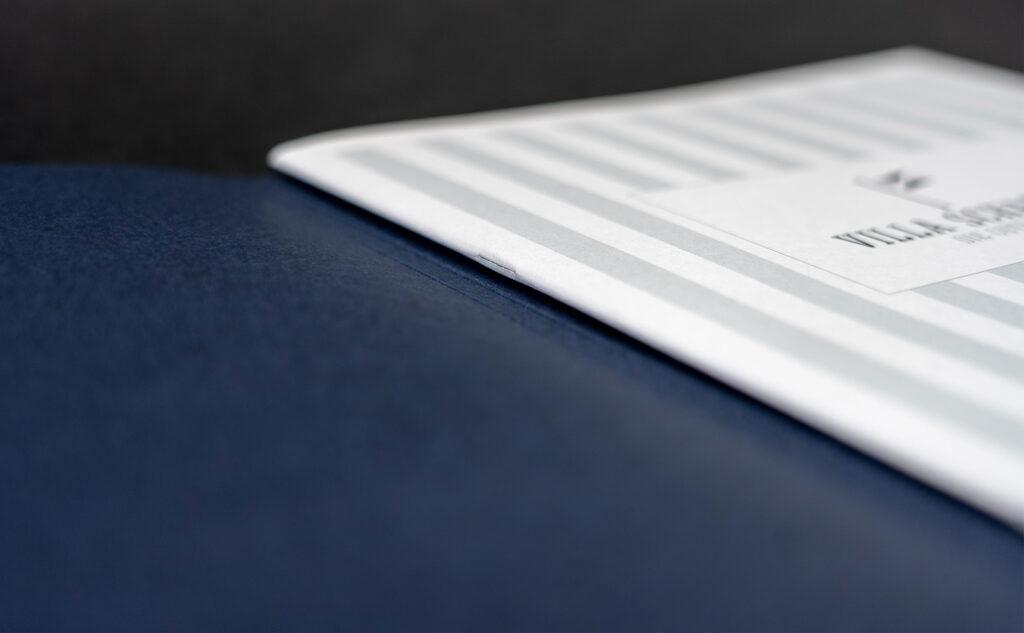 Druckprodukt als Vermarktungsbroschüre mit einem zweifachen Umschlag für eine Rückenheftung.