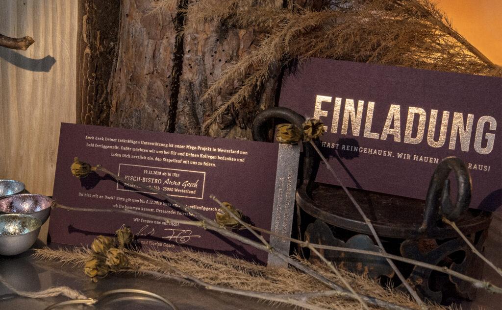 Stilvolle Einladungskarte für das neue Flaggschiff von Gosch mit einer Heißfolienprägung in Kupfer