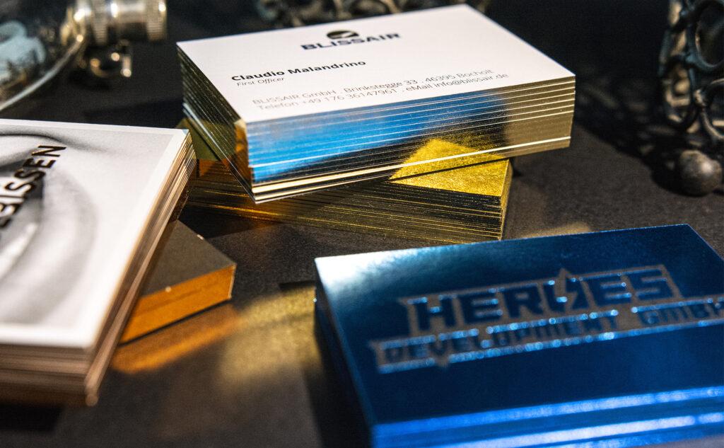 Der glänzende Folienschnitt als Goldschnitt und Kupferschnitt und weiteren metallisch glänzenden Kanten.
