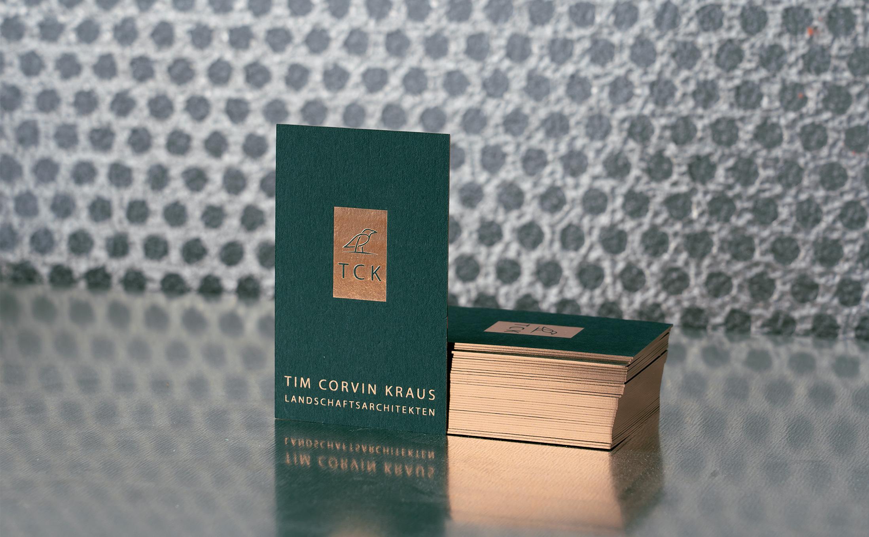 Visitenkarten für einen Landschaftsarchitekten mit einer Heißfolienprägung und einer Schnittveredelung in Kupfer