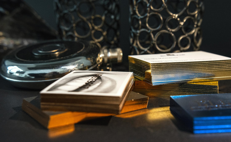 Individuelle Beratung in Hamburg für auffallende Druckprodukte. Schnittveredelung Goldschnitt und Folienschnitt