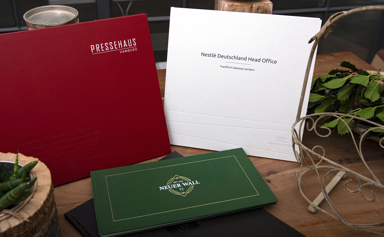 Drei wirkungsstarken Büchern aus Hamburg als Fadenheftungen mit einem Hardcover.