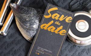 Save the Date Karte mit einer Heißfolienprägung in Gold. Weitere Gründe, warum DD-HH deine Druckerei aus Hamburg ist.