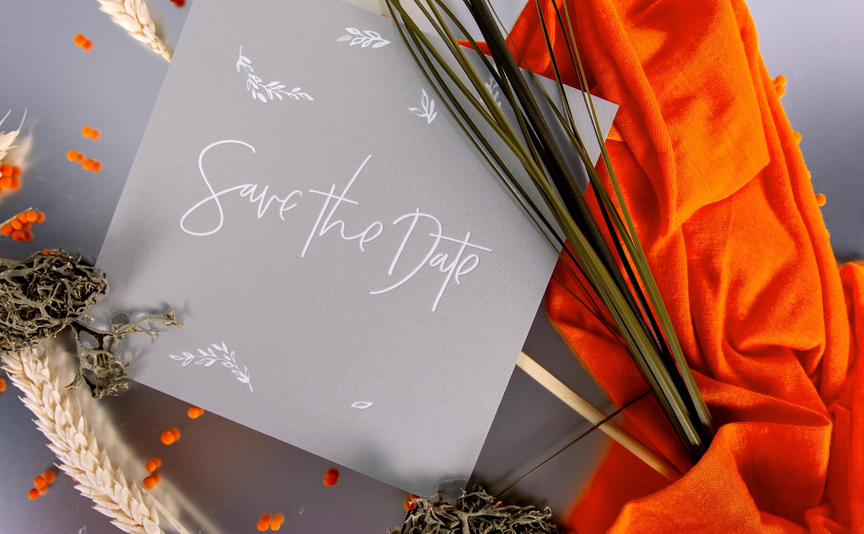 Stilvolle Save the Date Karte mit einem Weißdruck.
