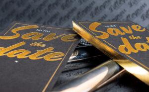 Save the Date Karte mit Heißfolie und Schnittveredelung in Gold als auffallendes Druckprodukt,
