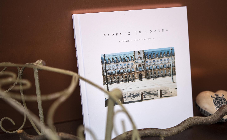 """Fadenheftung mit einem Hardcover für den originellen Bildband """"STREETS OF CORONA"""""""