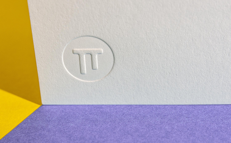 Geglättete Papierstruktur im Prägebereich für eine Tiefprägung.