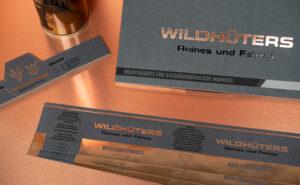 Hochwertige Druckproduktionen mit einer Heißfolienprägung in Kupfer.