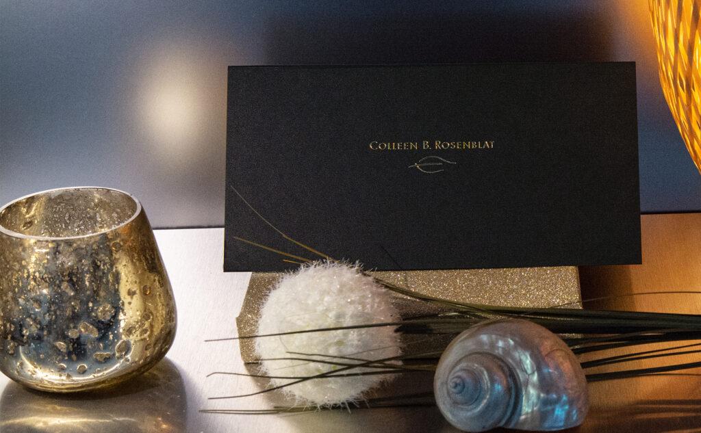 Individuelle Druckprodukte mit einer tollen Heißfolienprägung in Gold auf einen schwarzen durchgefärbtem Karton