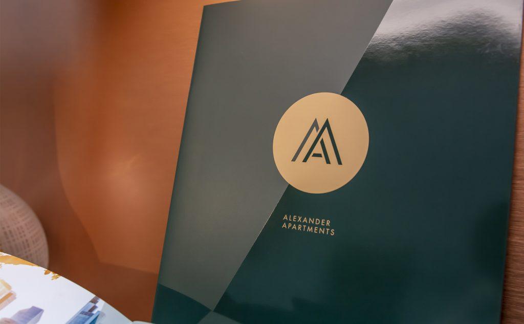 Die glänzende UV-Lackierung verleiht der Vermarktungsbroschüre Alexander Apartments einen luxuriösen Touch.