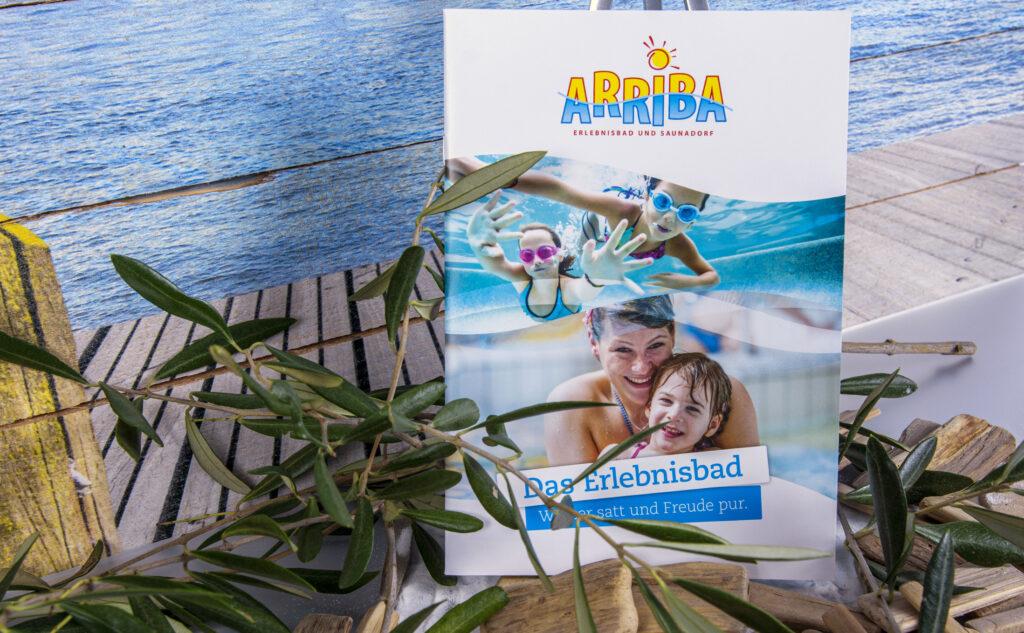 Broschüre Arriba Erlebnisbad. Emotionen Printmedien und Online-Marketing