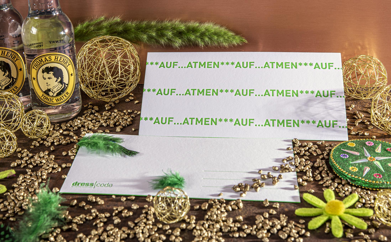 Originelle Karten mit einer Neonfarbe für den Druck und den Farbschnitt. Gefertigt mit der Handwerkskunst im Druck im Letterpress.