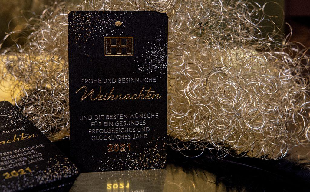 Stilvolle Flaschenanhänger für die Heim & Haus Holding mit zwei beidseitigen Heißfolienprägungen in Gold und Silber.