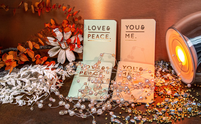 """""""Love and Peace"""" durchgefärbe Papiersorten für Broschüren mit Heißfolienprägungen"""