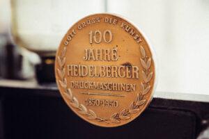 Plakette an unserem Heidelberger Tiegel für das 100-jährige Jubiläum der Schnellpressenfabrik AG Heidelberg.