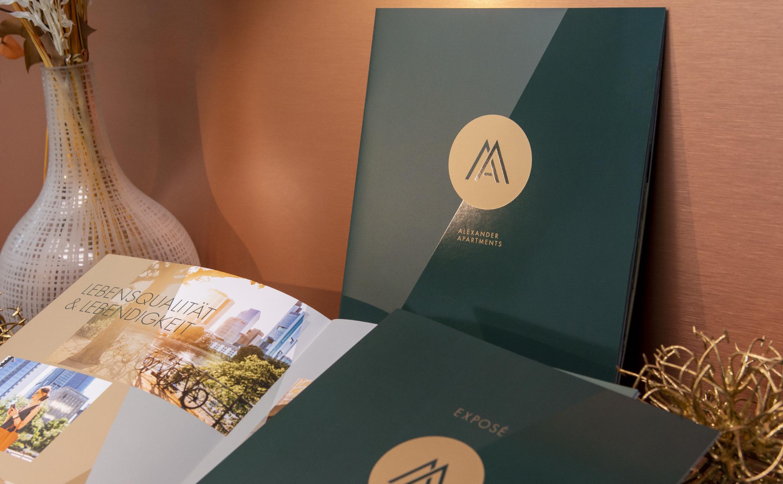 Elegante UV-Lackierung für die Broschüren Alexander Apartments zur Vermarktung des Neubauprojektes.