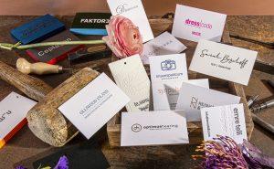 Handwerkskunst Letterpress: viele verschiedene harmonische Visitenkarten auf einem Blick