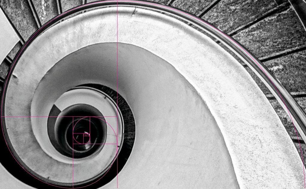 Im Grafik Design kannst du die Größe eines Elements einfach mit 1,618 multiplizieren und dann die Goldene Spirale für die Platzierung der einzelnen Elemente nutzen.