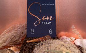"""Individuelle Druckprodukte mit einer originellen """"Save the Date"""" Karte mit einer Heißfolienprägung in Kupfer."""