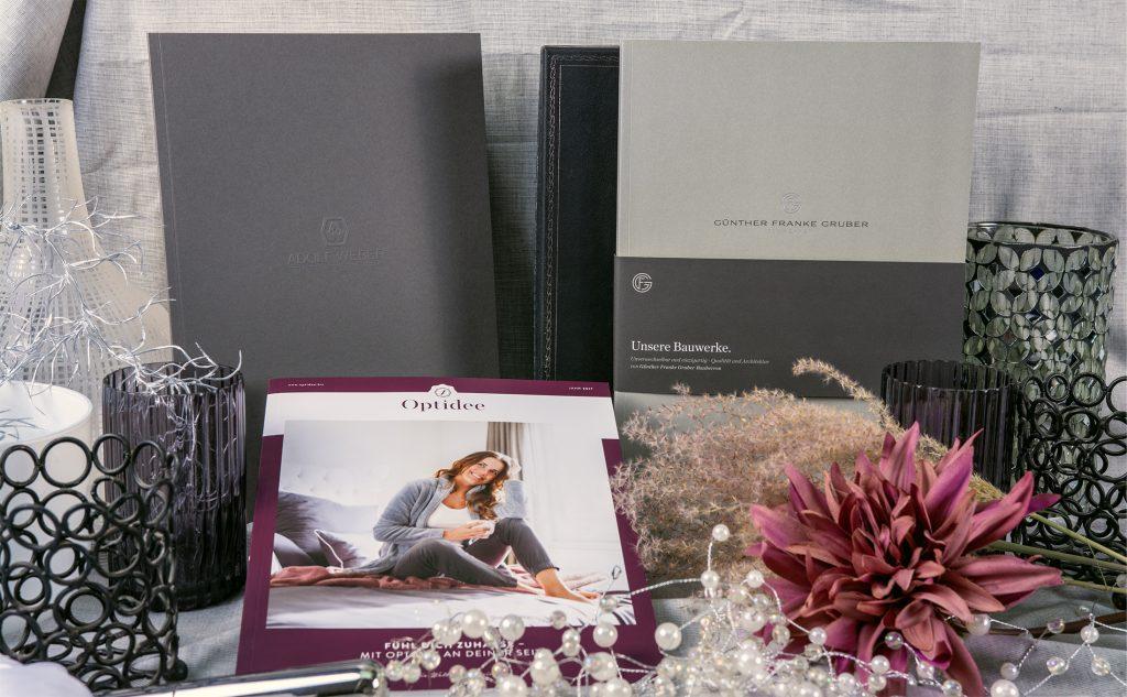 Ästhetische Broschüren mit einem Softcover für kreatives Design.