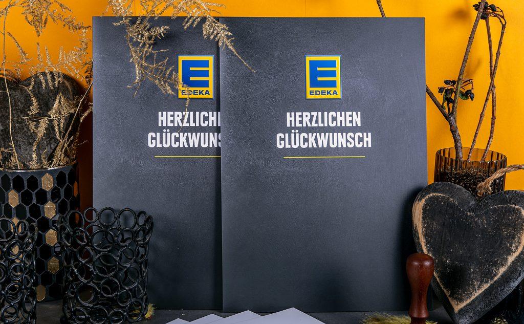 Auffallende Zeugnisse für die Edeka-Juniorengruppe in Hamburg von unserer regionalen Druckerei mit einer eindrucksvollen Logoprägung.