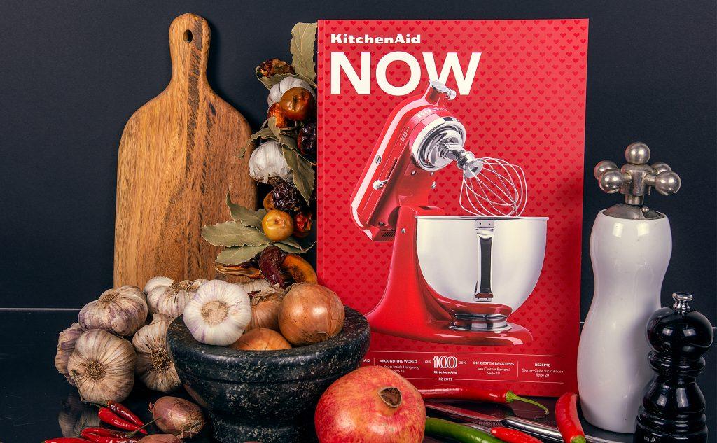 Mut zur Farbe mit den klebegebundenen Broschüren für KitchenAid mit einem partiellen Iriodin-Lack.