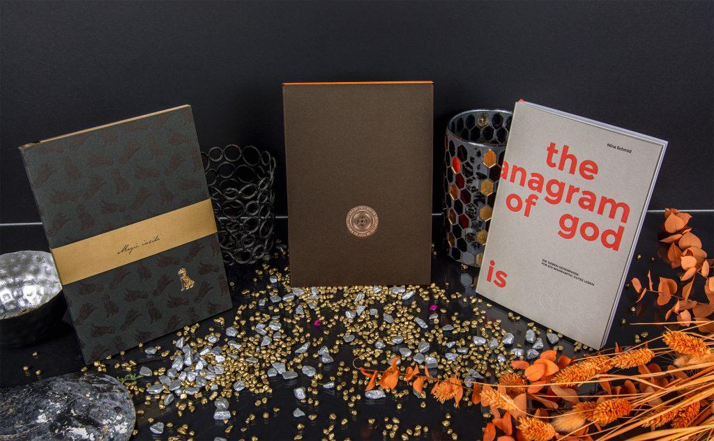 Auf den Spuren der Vergangenheit: drei hochwertige Bücher mit der zeitlosen Handwerkskunst im Druck