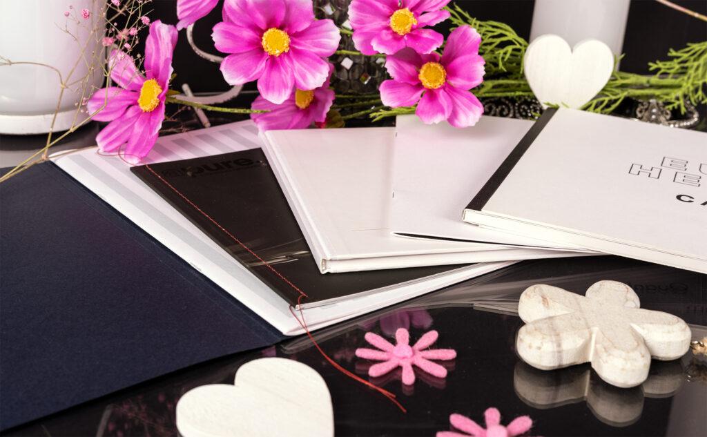 Broschüren als wirksames Marketinginstrument mit verschiedenen Bindungsarten.