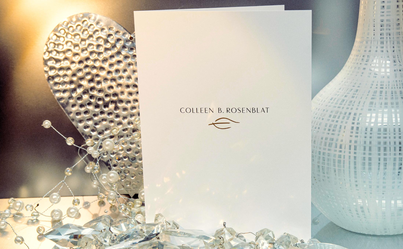 Kostenintensive versus kostengünstige Druckprodukte für eine Karte für den Juwelier Colleen B. Rosenblat aus Hamburg mit der Metallicfarbe Gold.