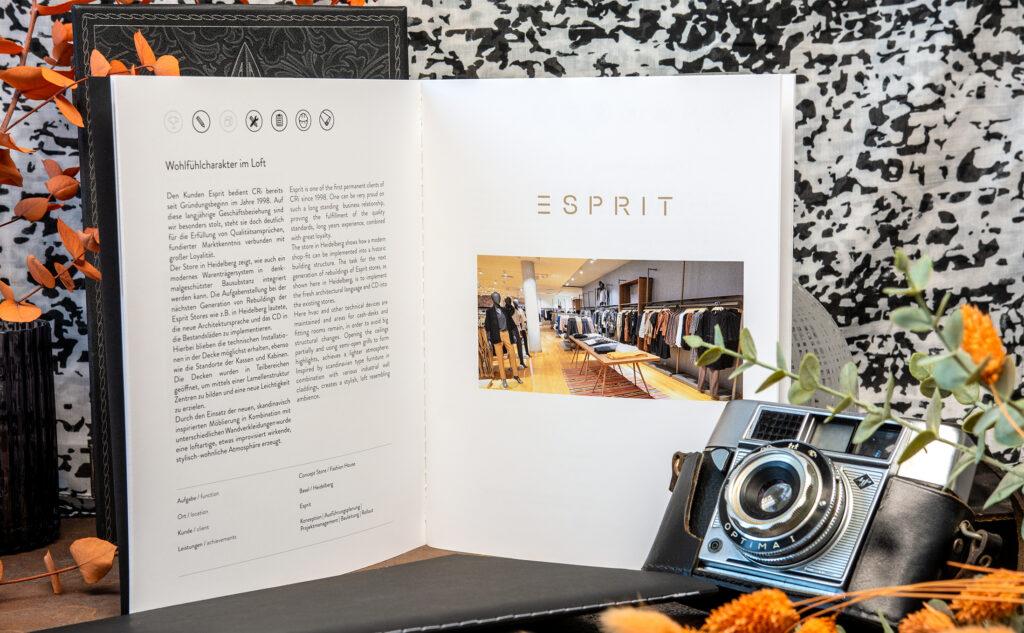 Entdecke die Produktvielfalt unserer Druckerei in Hamburg mit einer Steppheftung und dem Digitaldruck mit Weiß.