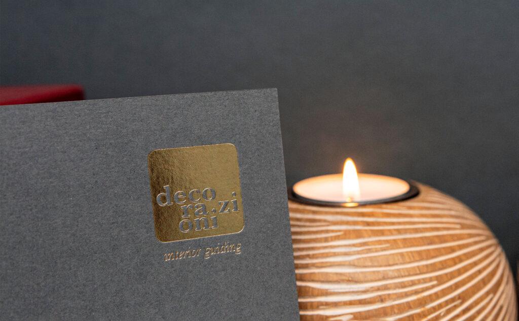 Individuelle Druckprodukte mit einer Heißfolienprägung in Gold auf einem haptischen Naturpapier.