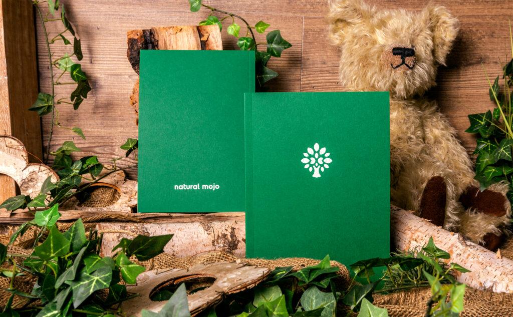 Nachhaltige Klebebindungen für Natural Mojo auf umweltfreundlichen Papiersorten.