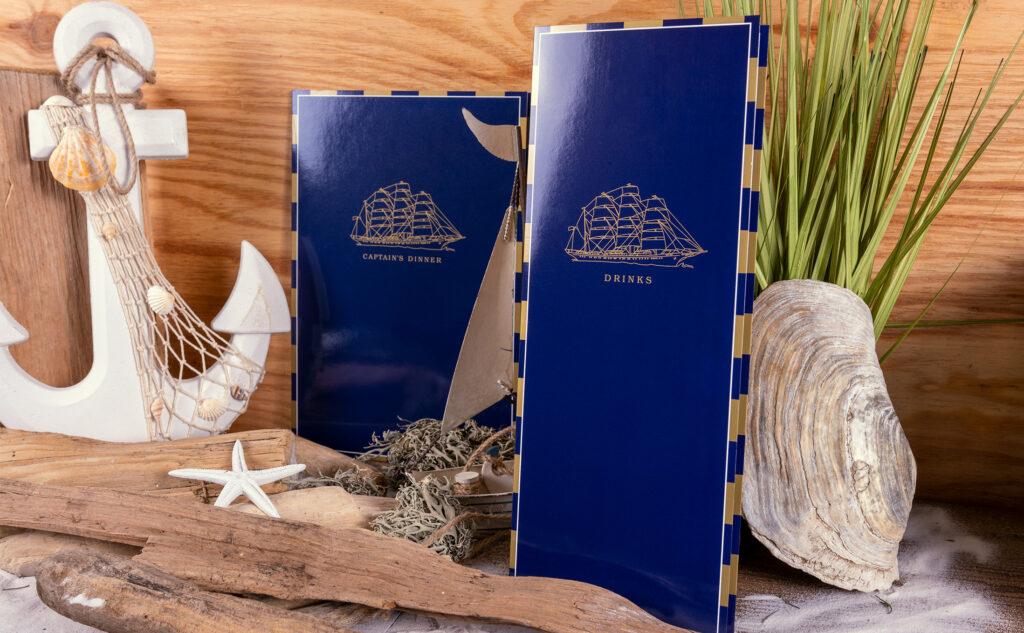 Print hat viele Vorteile. Barkarten und Captain's Dinner Karten für die SEA CLOUD mit Gold und einer Glanzfolienkaschierung
